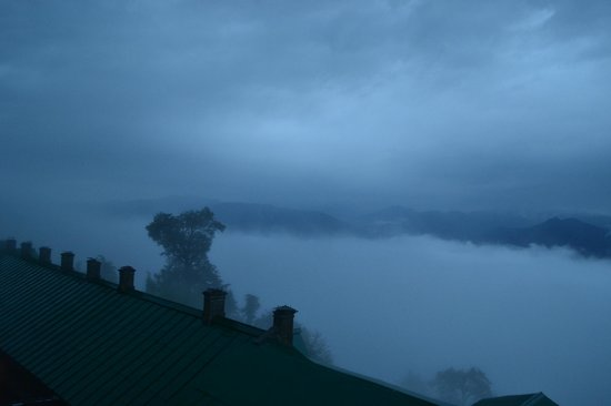 Grand View Hotel: The awesome view, early in the morning. Valley covered with fog