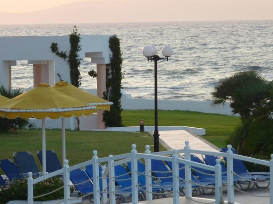 Serita Beach Hotel: View of the sea from the main restaraunt