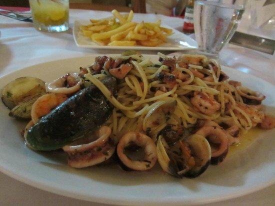 Restaurante Casa Esmeralda: Spaghetti with mixed seafood - garlicky and yummy