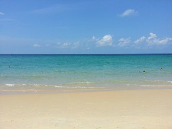 Centara Villas Phuket: Karon Beach which is walkable by a path from hotel (Gorgeous Beach)