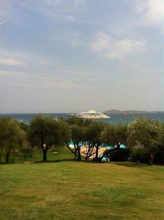 Hotel Romazzino, a Luxury Collection Hotel: красивая территория