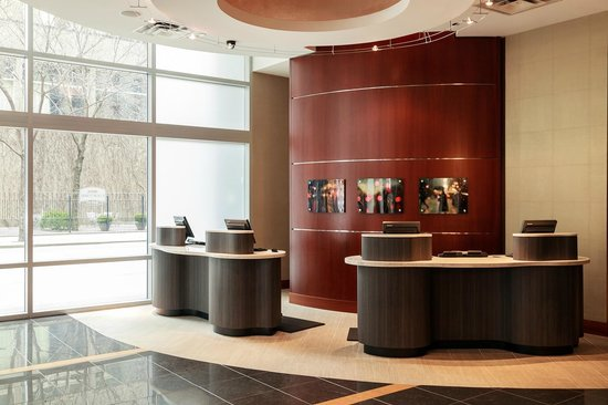 Courtyard Chicago Downtown/Magnificent Mile: Front Desk
