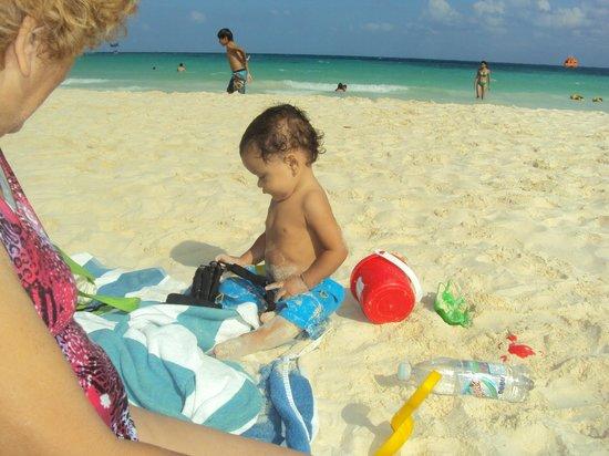 Hotel Vista Caribe: Mi bebé jugando el la playa