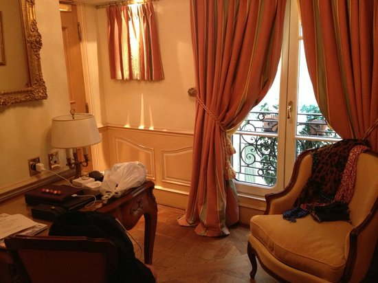 Hotel Luxembourg Parc: I found the rooms to be quite spacious for a metropolitan city.