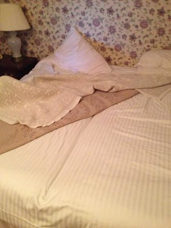 Mansfield Castle Hotel: 2 single beds put together with a double sheet :(