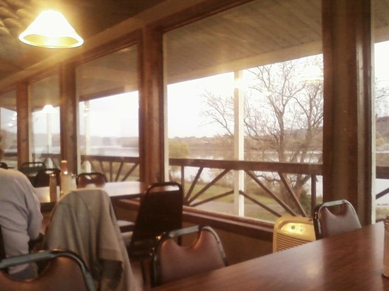 Welch's Riverside Restaurant: Now NON SMOKING. Overlooks river. Outside picture of the building is NOT the restaurant. I