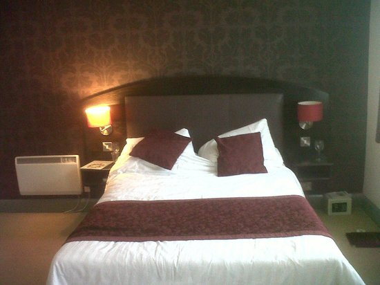 The Cathedral Hotel: Big comfy bed.