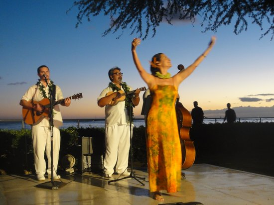 Halekulani Hotel: Sunset music and great drinks