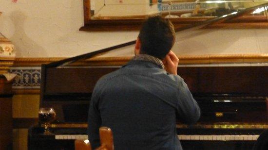 Taberna La Viuda: the pianist