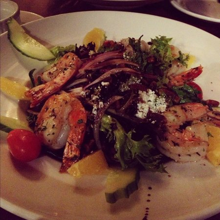 21 Steps Kitchen & Bar : The 21 Salad - Mesculen salad, grilled prawns, oranges, spiced pecans and goats cheese