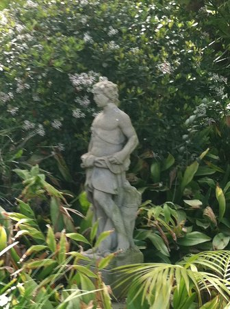 Virginia Robinson Gardens: statuary near parrot cages
