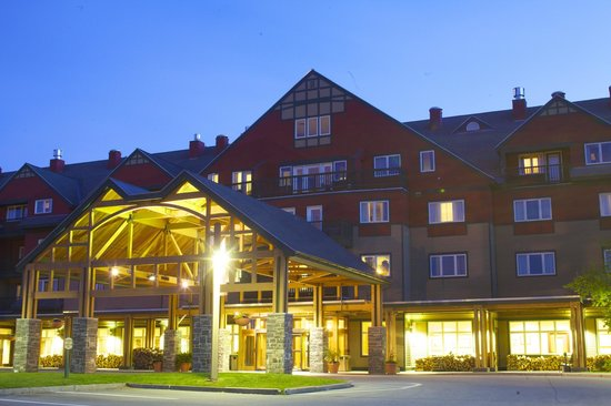 Grand Summit Resort Hotel: Grand Summit Exterior Front Entrance Night