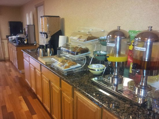 Quality Inn Sea-Tac Airport: breakfast bar