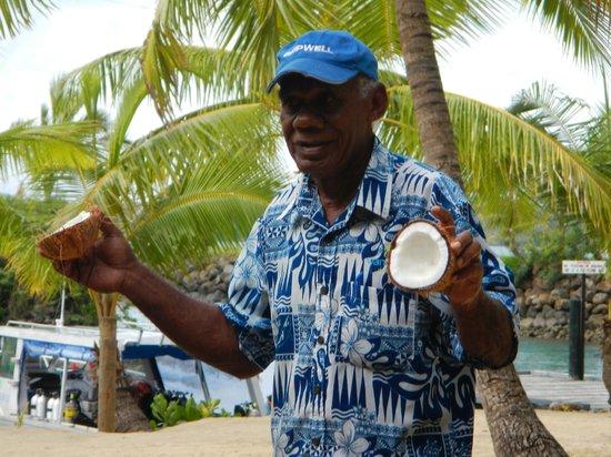 Wananavu Beach Resort: Ebalone's coconut talk