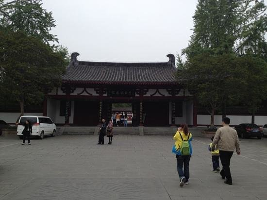 Libai Memorial Hall: the entrance