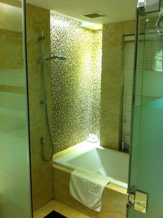 Golden Silk Boutique Hotel: Shower and Bathtub in Luxury Suite