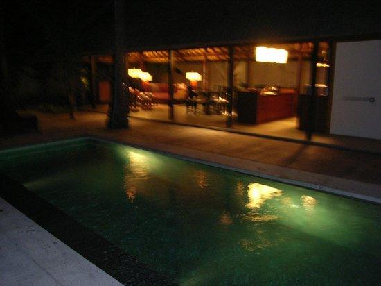 Kayumanis Jimbaran Private Estate & Spa: 夜のヴィラもライトアップされて綺麗です