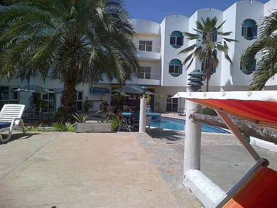 Hotel Windsurfers Oasis: Vista del Hotel desde la piscina