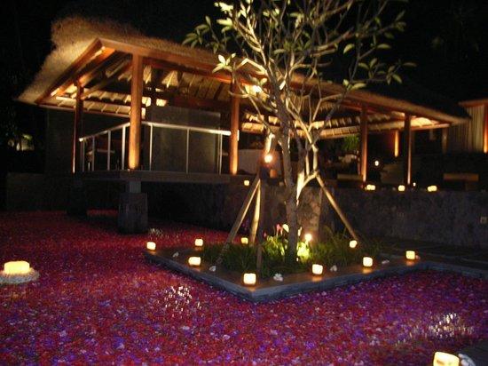 Kayumanis Ubud Private Villa & Spa: ロマンティック・ディナー。プールには一面の花びらが