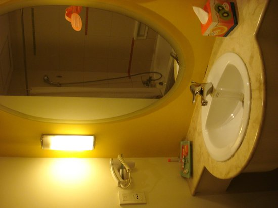 HARRIS Hotel Tebet: Bathroom with hand basin / toilet
