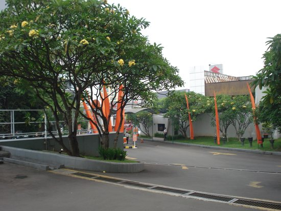 HARRIS Hotel Tebet: Hotel driveway
