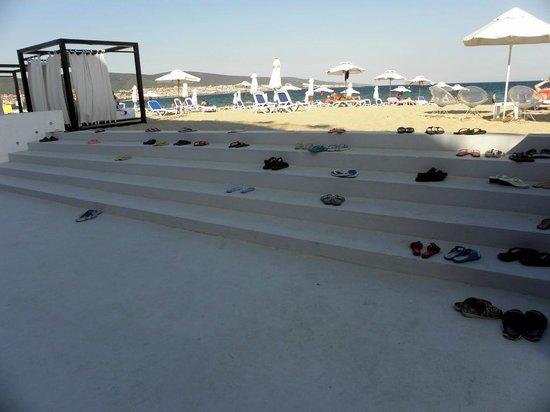по количеству тапочек можно определить - сколько людей на пляже :)
