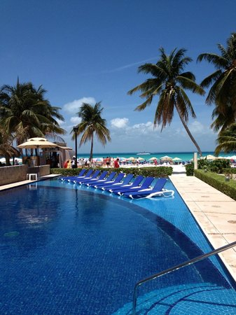 Ixchel Beach Hotel: Vista de la alberca y salida a la playa