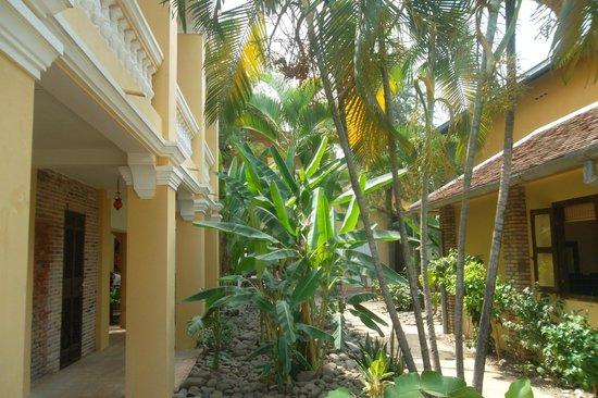 La Villa Battambang: Garden area