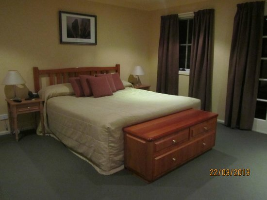 Country Club Villas: King size bed in the huge bedroom