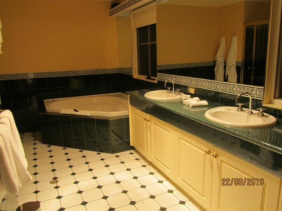 Country Club Villas: double facial basins and a jacuzzi