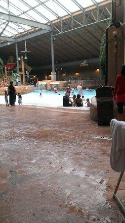 Split Rock Resort Indoor Waterpark : awesome wave pool!!!