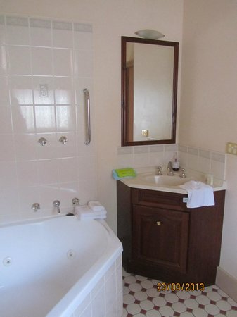 Gattonside Heritage Accommodation: bathroom