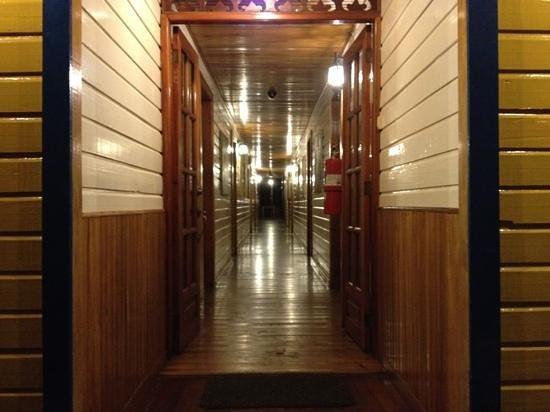 Hotel Olas: la recepcion es al fondo de este pasillo, cualquiera puede acceder a las habitaciones sin que lo