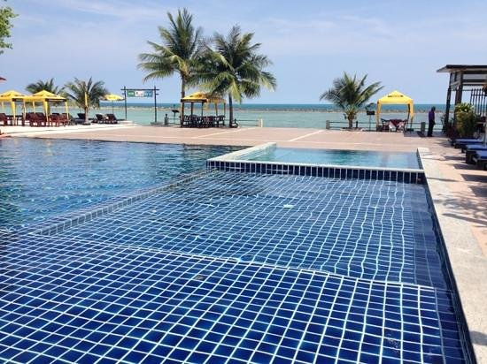 Chaweng Villa Beach Resort: nice infinity pool looking out to the sea