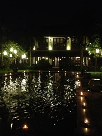 Green Park Boutique Hotel: pond and restaurant