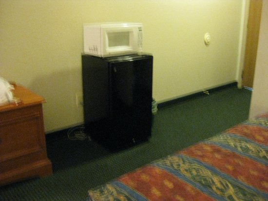 Best Express Inn & Suites : refrigerator and microwave