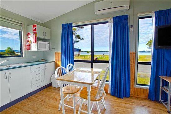 South Coast Retreat: Waterfront Two Bedroom Cabin4 Kitchen & Dining