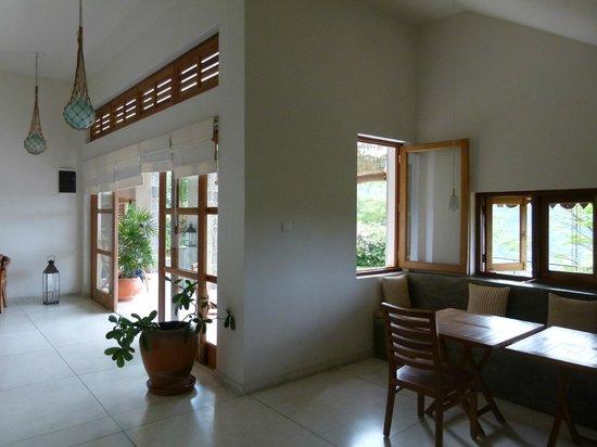 Baramba House : The living room with breakfast area