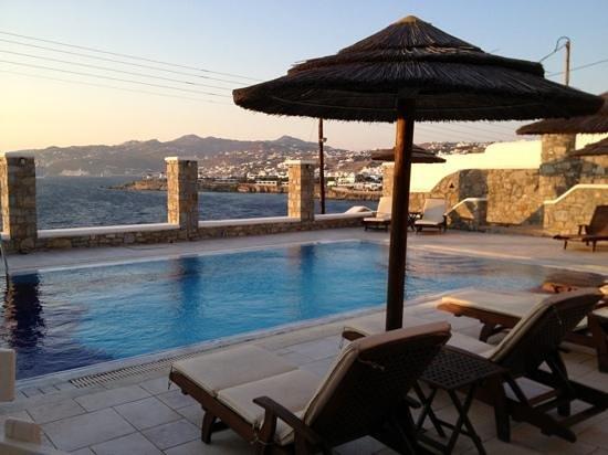 Petinaros Beach Studios : piscina e vista sulla città