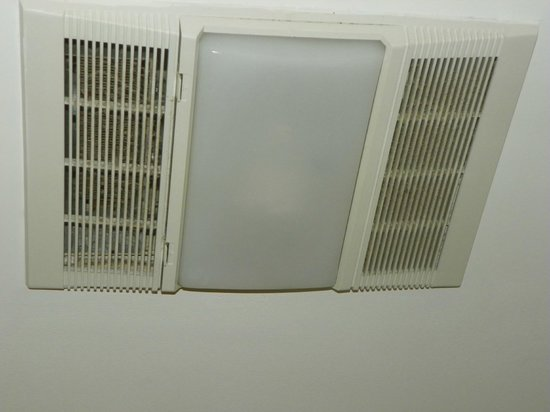 Quality Inn Fort Jackson: Exhaust fan in bathroom was dirty