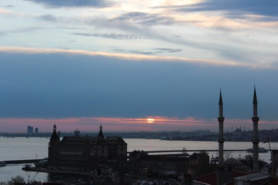 Hush Hostel Lounge: Kadikoy sunset from Hush.