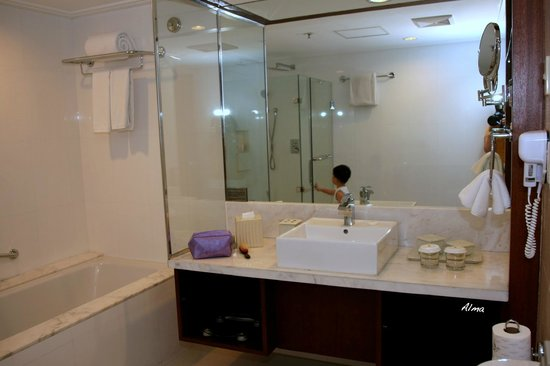 Discovery Suites Manila, Philippines: The Large Bathroom