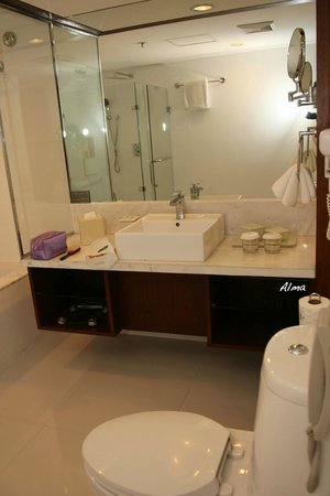 Discovery Suites Manila, Philippines: Bathroom