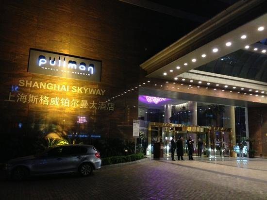 Pullman Shanghai Skyway Hotel: entrance of the hotel