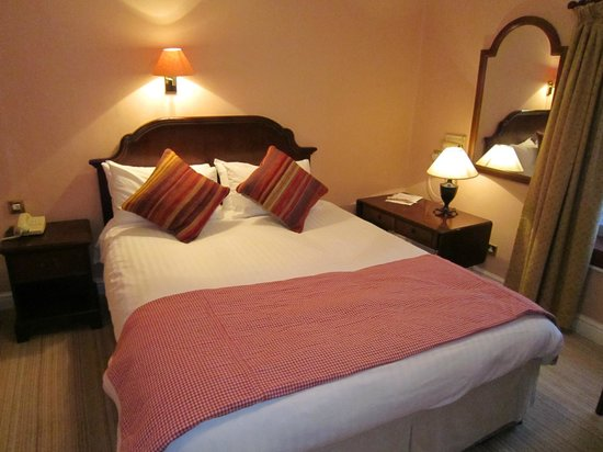 The Luttrell Arms: Small but clean and comfortable bedroom