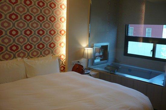 Skylight Bed & Breakfast: ベッドルームとバスルーム