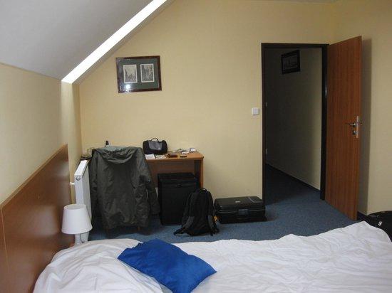 Adeba Hotel: Habitación desde el lado opuesto a su entrada