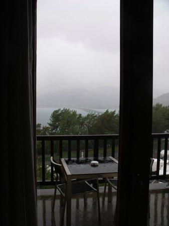 Hotel Les Chaumettes : petit balcon de la chambre avec table et chaises(quand il fait beau!)
