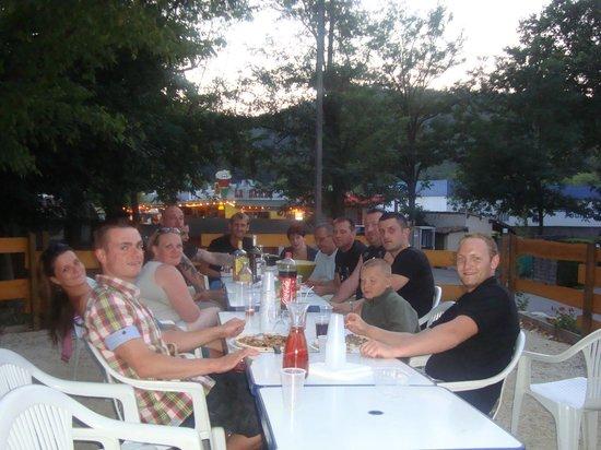 Camping les Fauvettes: soirée entre amis