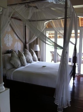 The Luang Say Residence: wonderful bed